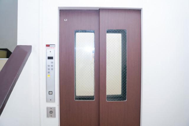 ③エレベーターに乗り4階へ